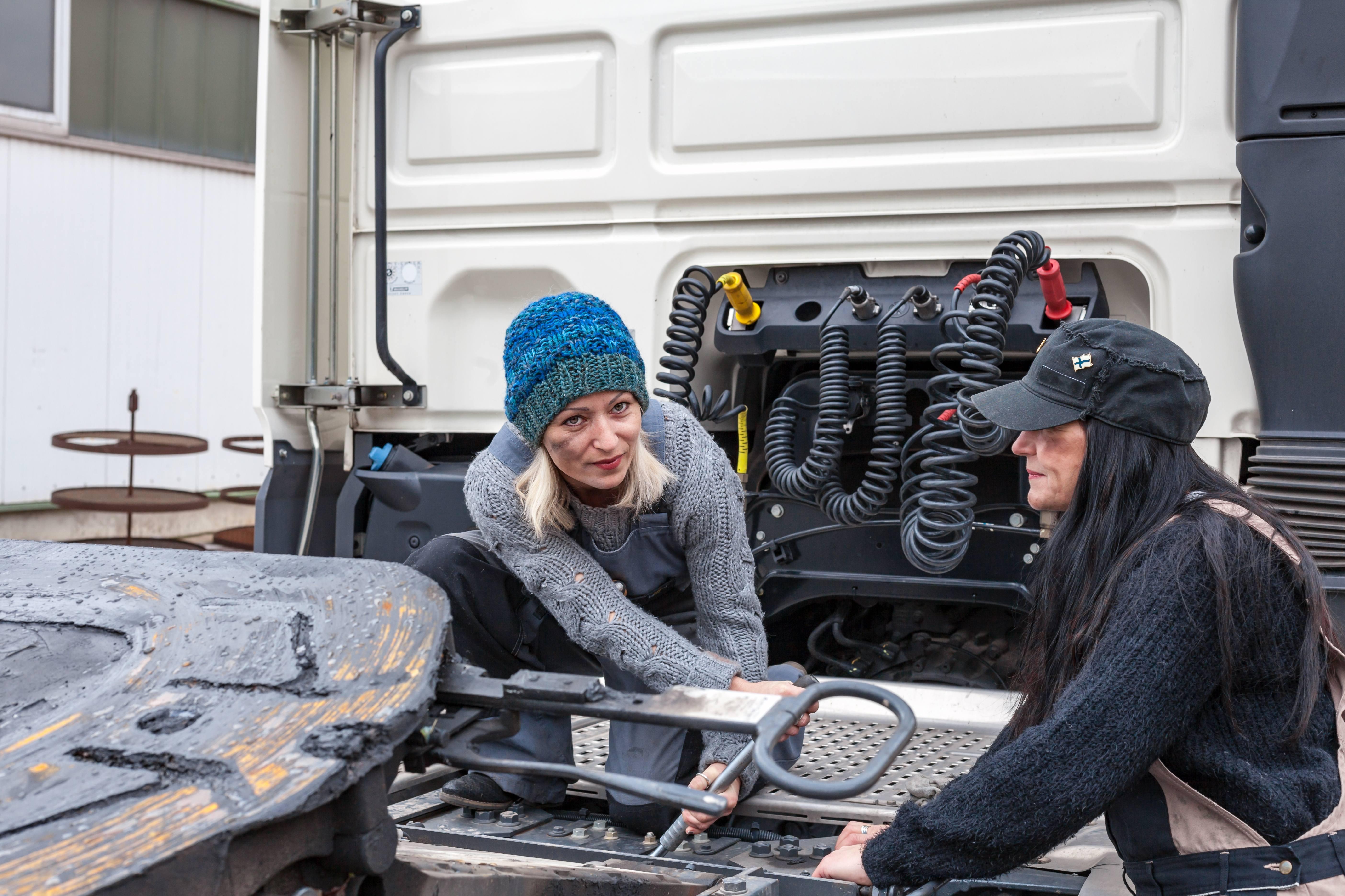 Women Truckers Maintenance | Wiers